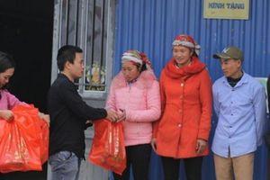 Quà Tết Kỷ Hợi đến với hộ nghèo bản 'mây mù' ở Bát Xát, Lào Cai