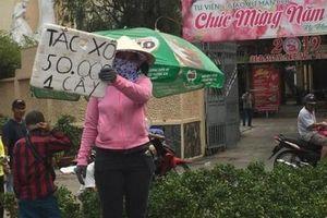 Người dân đổ xô đi mua hoa 'đại hạ giá' sáng 30 Tết