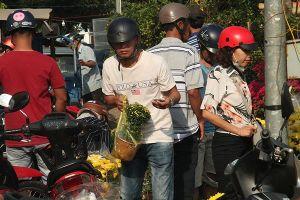 Người dân chen nhau mua hoa kiểng xả hàng ngày 30 Tết