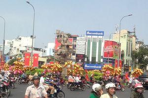 Đường phố TPHCM rực rỡ cờ hoa, heo vàng bay đón năm mới