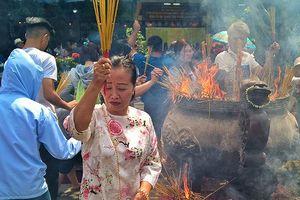 Người Sài Gòn chen chân đi chùa cầu an trong ngày mùng 1 Tết