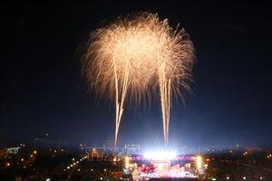 Pháo hoa bừng sáng trong giây phút giao thừa trên khắp mọi miền đất nước