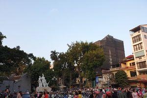 Sau buổi sáng vắng vẻ yên tĩnh, chiều mùng 1 đường phố Hà Nội chật kín người đi du xuân