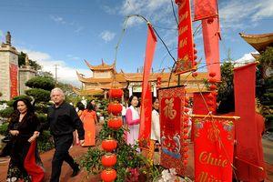 Việt kiều Mỹ quận Cam thướt tha áo dài lên chùa hái lộc mùng 1 Kỷ Hợi