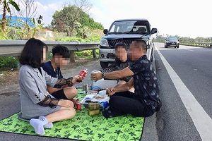 'Bày tiệc' trên cao tốc Hà Nội - Lào Cai quá nguy hiểm