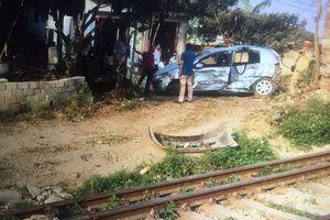 Lạng Sơn: Nữ tài xế thoát chết do thiếu quan sát khi sang đường sắt dân sinh