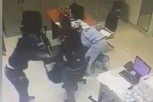 Camera ghi lại cảnh 2 kẻ xông vào trạm thu phí ở Đồng Nai cướp 2 tỷ đồng