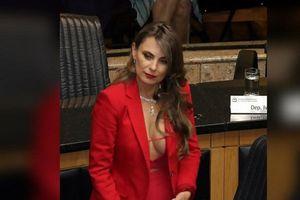 Nữ nghị sĩ 'thiêu đốt' quốc hội Brazil bằng trang phục màu đỏ nóng bỏng