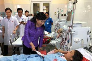 Bộ trưởng Bộ Y tế thăm bệnh nhân đang điều trị tại bệnh viện ở Nghệ An