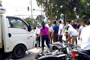 Nghệ An: Dùng chờ đèn đỏ, một loạt xe máy bị xe tải tông, nhiều người nhập viện
