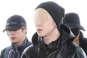 Thành viên BTS để tóc lòa xòa che kín mặt, lên đường dự Grammy