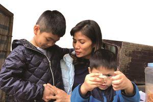 Hai đứa trẻ trao nhầm ở bệnh viện và câu chuyện cảm động sát Tết