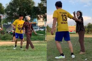 Clip mẹ cầm gậy tới sân bắt cầu thủ U40 ở Hải Dương về nhà với vợ con
