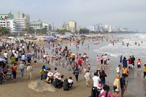Du khách tắm biển Sầm Sơn 'giải nhiệt' ngày đầu năm mới
