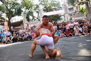 Trai tráng cởi trần đọ sức, tranh tài ở Hội vật làng Mai Động