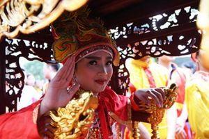 'Tướng Bà' 11 tuổi ở hội Gióng được bảo vệ tránh bị 'bắt cóc'