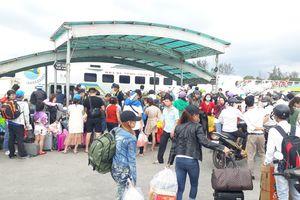 Du khách ngừng ăn Tết ùn ùn rời đảo Phú Quốc, bến tàu kẹt cứng