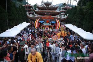 Biển người đổ về chùa Hương ngày khai hội