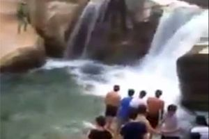 Chụp ảnh đầu năm, nam thanh niên rơi xuống thác tử vong