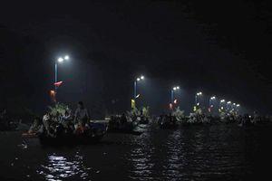 Hàng chục ngàn người soi đèn đi đò xuyên đêm kịp vào khai hội Chùa Hương