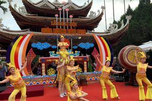 Hàng ngàn người chen chân trong lễ khai hội chùa Hương