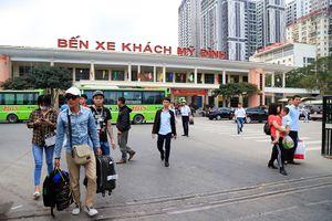 Người dân lỉnh kỉnh đồ đạc trở lại Thủ đô sau kỳ nghỉ Tết