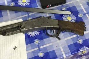 Gã chồng dùng súng tự chế bắn vợ cũ