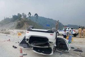 Mazda 6 lật ngửa tại phần đường đang sửa chữa trên cao tốc