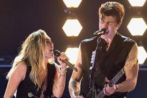 Vừa kết hôn, Miley Cyrus mặc xẻ ngực táo bạo song ca đàn em tại Grammy