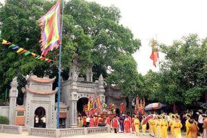 Hàng nghìn du khách kéo về ngôi đền linh thiêng nhất đất Phố Hiến