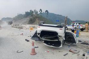 Ô tô Mazda 6 lật 'phơi bụng' trên cao tốc Nội Bài - Lào Cai