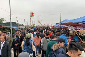 Hàng vạn du khách đổ về chợ Viềng 'mua may, bán rủi' trước ngày khai hội