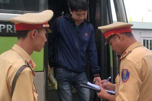 Tạm giữ xe biển số Lào chở quá khách, hết hạn kiểm định