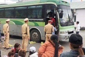 Tạm giữ xe biển số Lào chở quá số người quy định