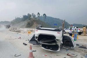 Xe ôtô Mazda 6 lật nhào nằm 'chổng vó' trên cao tốc Nội Bài - Lào Cai