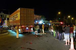 Quảng Trị: Xe máy va chạm ô tô đầu kéo, 3 người thương vong
