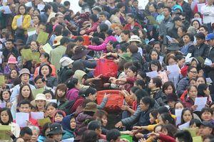 Hà Nội: Hàng vạn người chuyền tay phóng sinh gần 12 tấn cá cầu quốc thái dân an