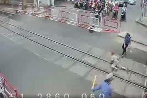 Hai nữ nhân viên dũng cảm cứu bà cụ trước đầu tàu hỏa