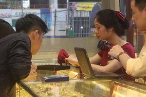 Sợ chen lấn, xếp hàng nhiều người tranh thủ mua vàng trước ngày vía Thần Tài