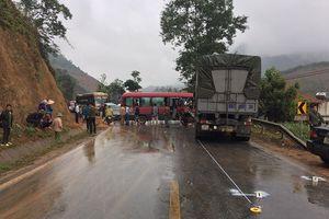 Xe khách đối đầu xe tải khiến 10 người bị thương