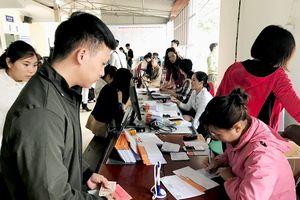 Tăng vọt số người làm hộ chiếu, giấy thông hành