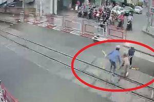 Khoảnh khắc 2 nữ gác chắn cứu bà cụ ngay đầu đoàn tàu đang lao đến