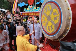Hàng chục nghìn du khách khai hội chùa Hương