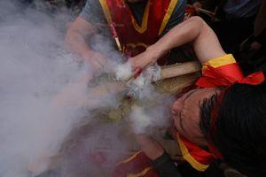 Xem dân làng thi giã gạo thổi cơm ngay giữa Thủ đô