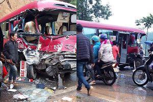 Ô tô khách đấu đầu xe tải trên quốc lộ, nhiều người bị thương