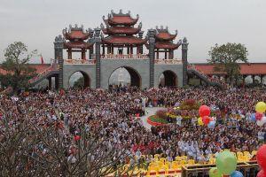 Biển người đổ về tham dự khai hội xuân chùa Ba Vàng
