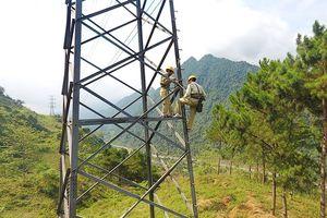 Theo chân 'lính' truyền tải điện trên cao nguyên đá