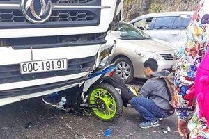 Lâm Đồng: Xe máy đấu đầu ô tô, 'phượt thủ' nguy kịch