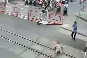 Nhân viên gác chắn lao ra đường ray cứu cụ bà trước đoàn tàu hỏa