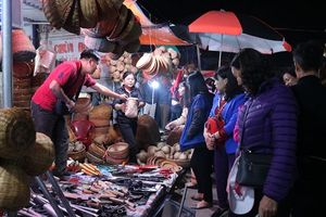 Nam Định: Nườm nượp người đi chợ Viềng 'mua may, bán rủi' trong đêm